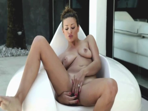 Sexy Carmen squirts her orgasm